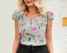 La imagen puede contener: una o varias personas y personas de pie Moda Chic, Womens Fashion For Work, Style Guides, Blouse Designs, Casual Shirts, Floral Tops, Cool Outfits, Clothes, Dresses