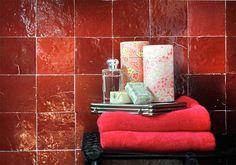 Kleur in de badkamer... het is helemaal hip! Wat vinden jullie ervan? Bekijk onze website voor meer inspiratie: www.sanidump.nl/inspiratie/ Mosaic Del Sur, Bath Caddy, Decoration, Terrarium, Interior Architecture, Tiles, December, Bathroom, Kitchen