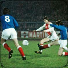 Ajax 3 Rangers 2 (6-3 agg) in Jan 1973 in Amsterdam. Sandy Jardine clears from Johan Cruyff #EuropeanSuperCup2Leg