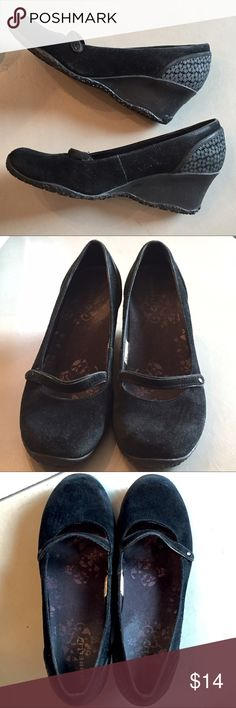 MERRELL PETUNIA casual comfort shoes Walk all day and still feel tip top. MERRELL is known for their ergonomic footwear and this is one of their few somewhat dressy models. NO TRADES OR OFF POSH TRANSACTIONS. Thanks. 😊 Merrell Shoes