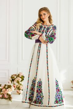 Exclusive white wedding dress with colorful embroidery Colored Wedding Gowns, Arabic Dress, Mode Abaya, Ethnic Wedding, Short Sleeve Dresses, Dresses With Sleeves, Mexican Dresses, Beige Dresses, Embroidery Dress