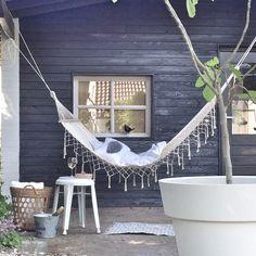 【大人の寛ぎ空間】庭の軒先に吊られたシンプルなハンモック | 住宅デザイン