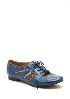 Oxford  Cutout accents at vamp with topstitching detailing  Round toe  Lace-up closure