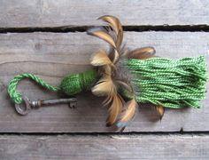 #EtsyGifts grüne Quaste mit flauschigen Federn von HolzundLeinen