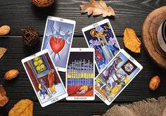 Dentro del Tarot existen diferentes tipos de energía, existen cartas que nos hablan de experiencias positivas, otras de experiencias más complicadas pero hay algunas cartas que cuando salen pueden generar miedo y angustia ya que en el imaginario popular se ven como desastrosas. No hay que negar que en la vida también hay momentos difíciles pero cuando salen estas cartas no siempre nos hablan de tragedias. Tarot Cards For Beginners, Tarot Meanings, Modern Witch, Witch Art, Tarot Spreads, Christian Bale, Oracle Cards, Tarot Decks, Wicca