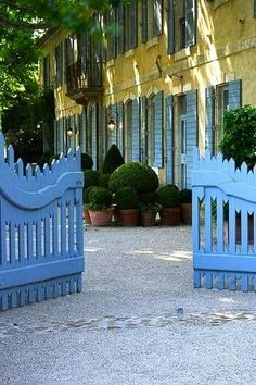 Love the blue gate!