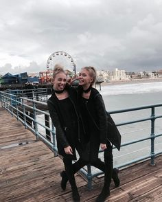 "988.2 k mentions J'aime, 5,064 commentaires - Lisa and Lena | Germany® (@lisaandlena) sur Instagram : ""It's so windy today """