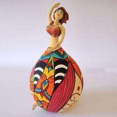 Bailarina Jade MeSS tem corpo de cabaça pintada e detalhes em cristal.