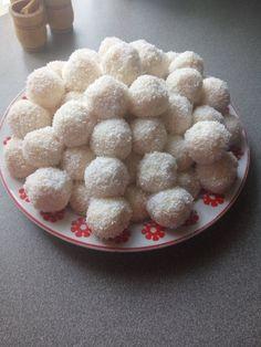 Raffaello golyó, már sok receptet kipróbáltam, de szerintem ez egyszerűen tökéletes! - Ketkes.com Christmas Cookies, Cereal, Breakfast, Food, Raffaello, Xmas Cookies, Morning Coffee, Christmas Crack, Christmas Biscuits