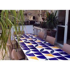 Lurca Azulejos | Composição linda dos nossos azulejos pela @monicafigo | Azulejos - Quadrante Azul Royal, Molde Marinho e Raiz Amarelo | Quadrante Royal Blue, Molde Navy Blue and Raiz Yellow - Ceramic TIles  // Shop Online www.lurca.com.br/ #azulejos #azulejosdecorados #revestimento #arquitetura #reforma #decoração #interiores #decor #casa #sala #design #cerâmica #tiles #ceramictiles #architecture #interiors #homestyle #livingroom #wall #homedecor #lurca #lurcaazulejos