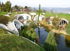 no sé si es natural building, pero por lo menos aprovechan el terreno de otra manera; casas subterráneas.