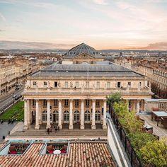 �🇷 Imaginez-vous avec un verre de #Bordeaux et cette magnifique vue sur la ville Bordeaux France, Aquitaine, Chloe, Photos, Louvre, Mansions, House Styles, Building, Travel