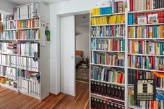 Schiebetüren bieten manchmal einfach andere Vorteile wie Drehtüren. Hier ein passender Abschluss für den Raum Bookcase, Divider, Shelves, Room, Furniture, Home Decor, Panel Room Divider, Financial Statement, Benefits Of