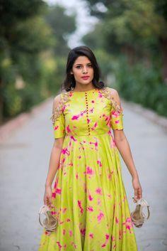 New wedding guest outfit elegant ideas Indian Gowns Dresses, Indian Outfits, Indian Attire, Kurta Designs, Blouse Designs, Long Dress Design, Long Gown Dress, Anarkali Dress, Saree Gown