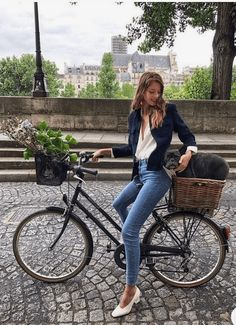 Fashion Tips for Women Over 30 from French Stylists such as this midi navy blue jacket and denim jeans | Need some style advice and fashion tips from top French fashion designers? Understand what is the Parisian chic style, get style inspiration and style advice from French women style icons. This post has the best French style inspiration and French style guide for women over 30 for summer. #fashionadvice #fashiontips #styleadvice #frenchstyletips #parisianfashion #frenchwomanstyle… Minimalist Fashion French, French Fashion, Minimalist Chic, Outfit Chic, Outfit Work, Parisian Chic Style, Chic Fashion Style, French Chic Style, Vintage Chic Fashion