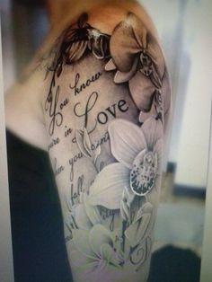 Schrift Tattoo mit Blumen