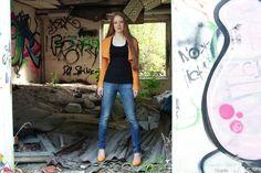 Portrait of a girl in a lost place with graffiti| Portrait eines Mädchens in einem verlassenen Haus mit Graffiti|Neubrandenburg| Hendrikje Richert Fotografie| www.facebook.com/HendrikjeRichertFotografie