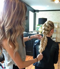 Blohaute founder Amanda Diedrich isn't afraid of lived-in looks, and she doesn't think they're going anywhere. Fave4, Blohaute and Glowout Salon in Chicago hosted a Fave4 Style Session and invited an exclusive group of stylists to learn braiding and updo tips and tricks from pro Diedrich.