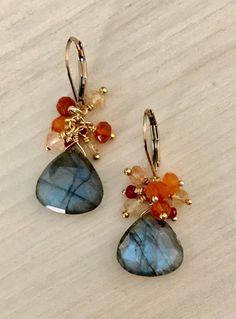 Labradorite and Garnet Cluster Earring - DIY Schmuck Wire Wrapped Jewelry, Wire Jewelry, Jewelry Crafts, Beaded Jewelry, Jewelery, Jewelry Ideas, Silver Jewelry, Hair Jewellery, Wire Rings