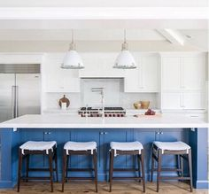 Farrow & Ball Stiffkey paired with white can are the perfect colours for this beach house look. (pc: Brookewagnerdesign)