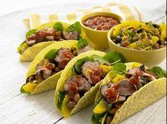 Knusprige Tacos, gefüllt mit zartem Lammfilet, würzigen Kräutern, saftigen Bohnen und Orangensalat.