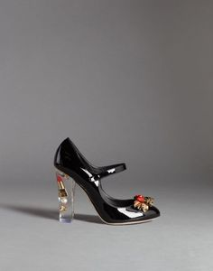 Dolce & Gabbana lleva sus diseños al siguiente nivel con los Coco Patent Leather Make-Up Mary Janes. En su tacón de plexiglass, ¡está encapsulado un lipstick!