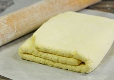 La pâte feuilletée il parait que c'est long et pas facile à faire donc quand on en a besoin on achète des rouleaux tout prêts, sauf que