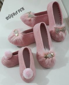 Este posibil ca imaginea să conţină: pantofi Crochet Diy, Crochet Poncho, Crochet Crafts, Crochet Projects, Crochet Boot Socks, Crochet Sandals, Crochet Slippers, Crochet Slipper Pattern, Crochet Patterns
