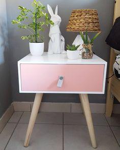 Cette petite table de chevet vient de chez BABOU, et pour 25€ c'est une merveille ! @cyrihell Elle existe en bleu mint, bleu et rose pâle.
