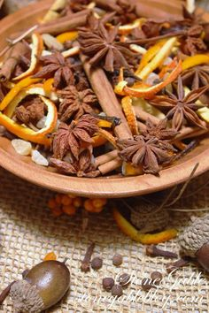 Harvest Simmering Potpourri - inexpensive and easy to make stove-top potpourri is the perfect way to invoke the cozy feeling of fall inside your home ! Stove Top Potpourri, Simmering Potpourri, Fall Potpourri, Homemade Potpourri, Potpourri Recipes, Cocinas Kitchen, Ideias Diy, Home Scents, Fall Harvest