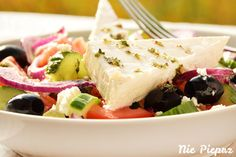 Sałatka grecka z pomidorami, ogórkami, oliwkami, cebulą i serem feta. Feta, Potato Salad, Potatoes, Chicken, Ethnic Recipes, Potato, Cubs