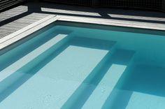 Un escabanc Piscinelle : pour se prélasser dans l'eau, en position assise ou même couchée. Cela remplace avantageusement une échelle pour entrer et sortir de la piscine.