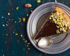 Tarte crue minceur chocolat, caramel et pistaches : http://www.fourchette-et-bikini.fr/recettes/recettes-minceur/tarte-crue-minceur-chocolat-caramel-et-pistaches.html