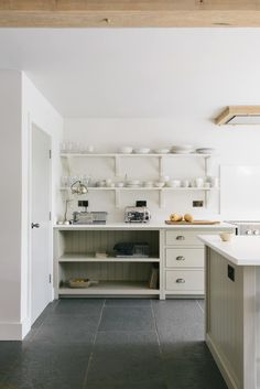 The Best Modern + Minimal Cabinet Hardware - The Identité Collective - The Best Sources for Modern + Minimal Cabinet Hardware Country Kitchen Inspiration, English Country Kitchens, Hall Interior Design, Devol Kitchens, Rustic Kitchens, Kitchen Rustic, Shaker Kitchen, Barn Kitchen, Wooden Dining Tables