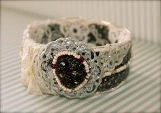brazalete /encaje de Angie Carrera, gran diseñadora handmade