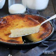 Leckerer italienischer Milchreis-Pudding-Kuchen mit zwei Schichten.