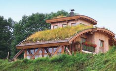 wood and glass exterior with green roof Natural Building, Green Building, Roof Design, House Design, Architecture Organique, Wood Frame House, Roofing Options, Residential Roofing, Residential Architecture