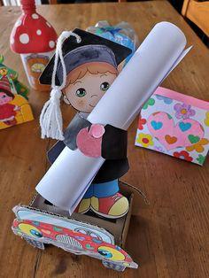 Cardboard Crafts Kids, Toilet Paper Roll Crafts, Paper Crafts For Kids, Craft Stick Crafts, Preschool Crafts, Diy And Crafts, Graduation Diy, Kindergarten Graduation, Creative Money Gifts