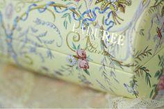 the beautiful Macaron giftbox.. so Marie Antoinette!