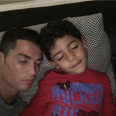 Cristiano-Ronaldo-et-son-fils_portrait_w674.jpg (500×500)