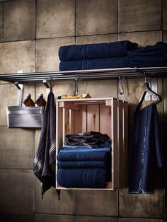 GRUNDTAL handdukshängare/hylla rostfritt stål. Kreativ handduksförvaring med KNAGGLIG furulåda.