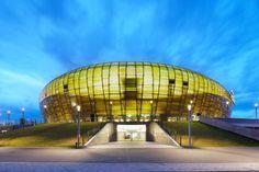 Ihre Anmutung erinnert an einen leuchtenden Bernstein und sie wird bereits jetzt als das Aushängeschild der kommenden Fußball-Europameisterschaft bezeichnet: Die im Sommer 2011 fertiggestellte PGE Arena in Danzig zieht Fußball- wie Designfans in ihren Bann. Sie stellt mit 44.000 Zuschauerplätzen nicht nur eines der größten und imposan