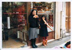 Chino Otsuka a retrouvé des photos d'elle enfant dans ses albums de famille et s'est placée adulte dedans.