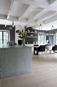 Het beton van de keuken en de houten balken komen goed tot hun recht door deze lichte eikenhouten vloer. Door te kiezen voor een vloer zonder noest wordt een rustig canvas gecreeerd dat de nadruk legt op de andere elementen van het interieur.