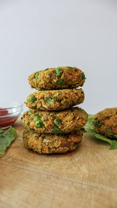Quinoa Chickpea Curry Burgers / Lettuce Wraps / Healthy and Easy Recipe — Music & Munchies Healthy Vegan Desserts, Vegan Breakfast Recipes, Easy Healthy Recipes, Whole Food Recipes, Easy Meals, Healthy Food, Veggie Burger Healthy, Healthy Wraps, Eat To Live Diet