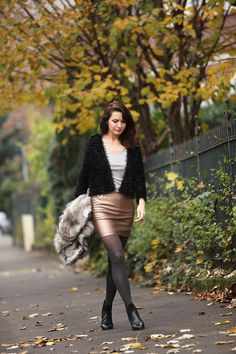 Look jupe effet cuir doré, boots Ugg, veste en fausse fourrure.