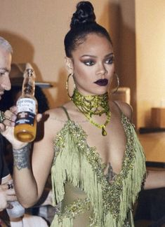 Xx Rihanna looking gorgeous with her dark lipstick and hair in a bun. - Xx Rihanna looking gorgeous with her dark lipstick and hair in a bun. Estilo Rihanna, Rihanna Riri, Rihanna Style, Rihanna Makeup, Fashion Killa, Look Fashion, Estilo Jenner, Rihanna Looks, Rihanna Hairstyles