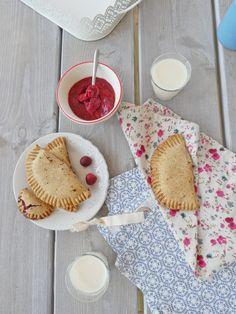 Je vous propose aujourd'hui de tester à l'heure du goûter ces chaussons croquants et moelleux à la fois, fourrés aux fraises, aux vraies…Encore une fois rien à voir avec un produi…