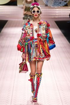 & Gabbana Spring 2019 Ready-to-Wear Fashion Show Dolce & Gabbana Spring 2019 Ready-to-Wear Collection - Vogue Dolce & Gabbana Spring 2019 Ready-to-Wear Collection - Vogue Diy Fashion Runway, Fashion Week, Look Fashion, Latest Fashion Trends, New Fashion, Spring Fashion, Womens Fashion, Fashion Design, High Fashion
