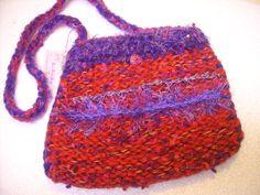 Purple and red knitted bag Geantă / gentuţă tricotată roşie cu garnituri mov